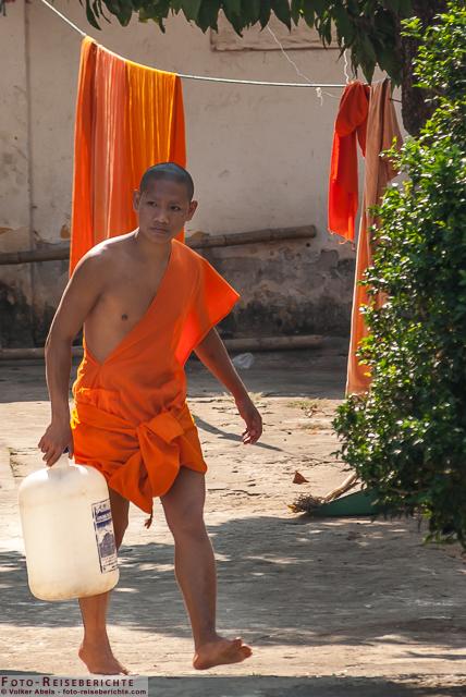 Junger Mönch holt Wasser, Luang Prabang, Laos © Volker Abels - www.foto-reiseberichte.com