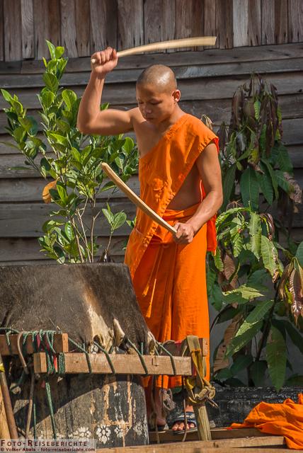 Trommelnder Mönch in Luang Prabang - Laos © Volker Abels- www.foto-reiseberichte.com