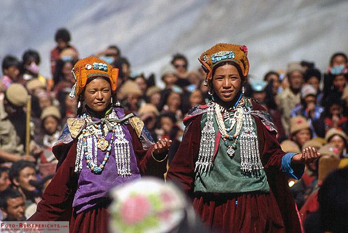 Junge Frauen in Zanskar beim Tanzen - www.foto-reiseberichte.com