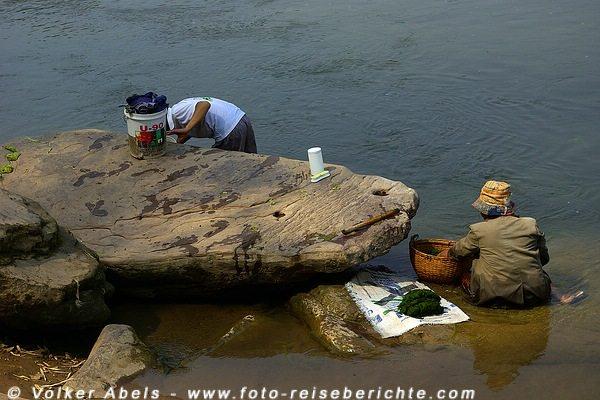 Frau beim Reinigen der Flussalgen - Khan-Fluss bei Luang Prabang - Laos © Volker Abels