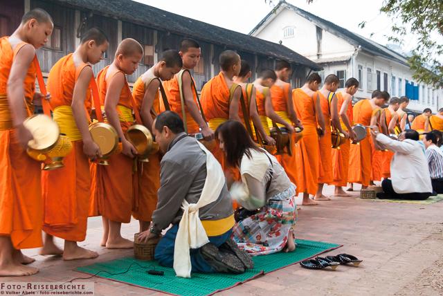 Laos-–-Luang-Prabang-–-Mönche-empfangen-ihre-Gaben-©-Volker-Abels-www.foto-reiseberichte.com-01.jpg