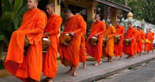 Laos - Luang Prabang Mönche stehen in einer Reihe umd die Gaben zu empfangen © Volker Abels www.foto-reiseberichte.com.jpg