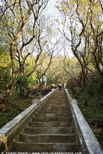Treppe zum Tempel auf dem Berg Phousi in Luang Prabang - Laos © Volker Abels