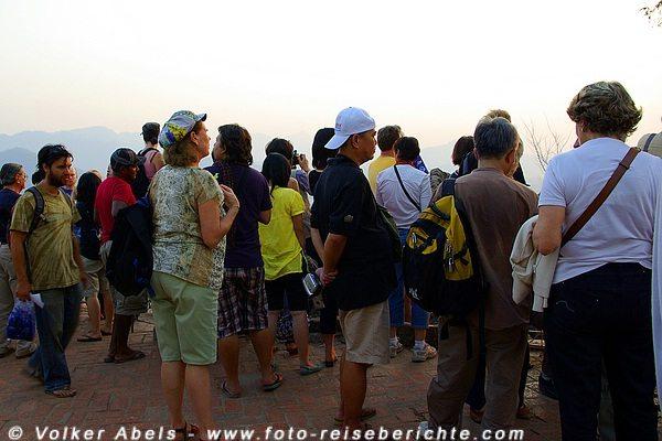 Warten auf den Sonnenuntergang - Berg Phousi  Luang Prabang - Laos © Volker Abels