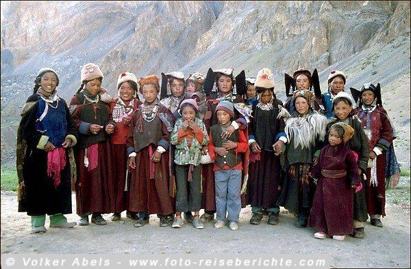 Frauen und Kinder in Ladakh, hier kommt Polyandrie (Vielmännerei) vor © Volker Abels