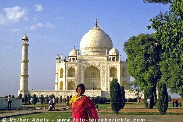 Junge Inderin vor dem Taj-Mahal in Agra - Indien © Volker Abels