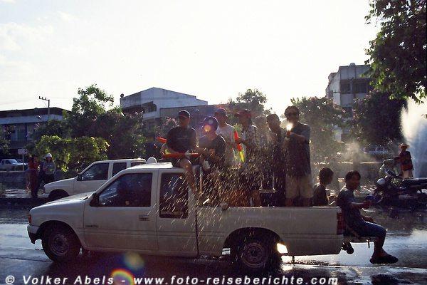 Auch Fotografen sind nicht sicher - Songkran Fest in Chiang Mai - Thailand © Volker Abels