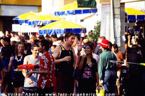Auch Ausländer machen mit - Songkran in Chiang Mai - Thailand © Volker Abels
