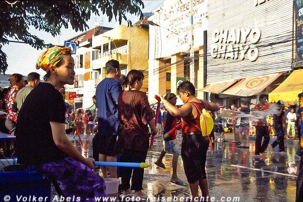 Wasserspritzen ist anstrengend, eine kleine Pause tut gut - Songkran in Chiang Mai - Thailand © Volker Abels