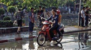 Mopedfahrerin während des Songkran-Festes in Chiang Mai - Thailand © Volker Abels