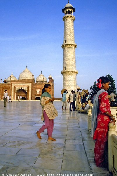 Junge Inderinnen am Taj-Mahal in Agra - Indien © Volker Abels