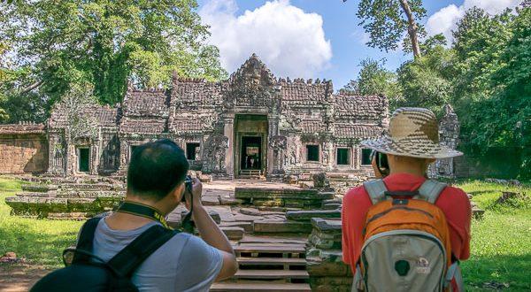 www.foto-reiseberichte.com - Touristen fotografieren einen Tempel Angkor Wat - Kambodscha