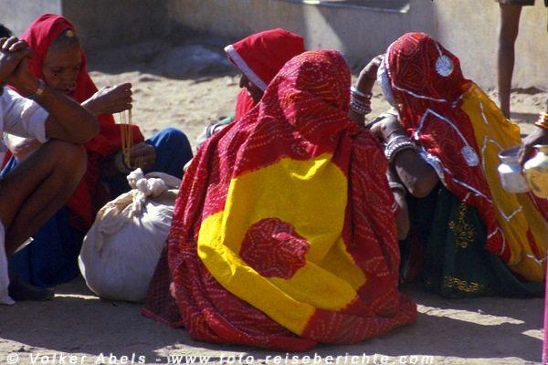 Frauen in bunten Saris in Pushkar, Rajasthan - Indien © Volker Abels