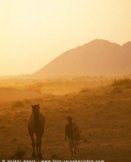 Kamelzüchter mit seinem Tier in Pushkar, Rajasthan - Indien © Volker Abels