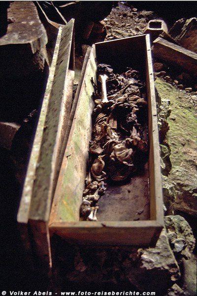 Geöffneter Sarg in einer Höhle bei Sagada auf Luzon - Philippinen © Volker Abels