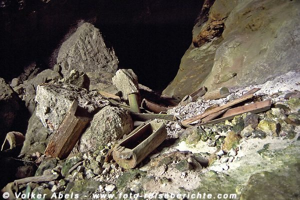 Zerstörte Särge in einer Höhle bei Sagada auf Luzon - Philippinen © Volker Abels