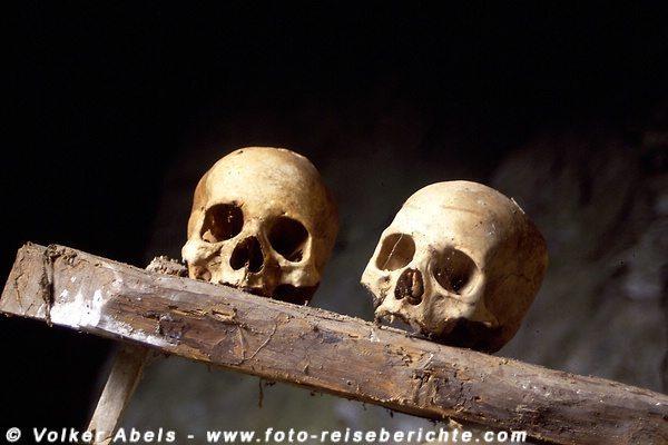ZerstörteZwei Schädel in einer Höhle bei Sagada auf Luzon - Philippinen © Volker Abels