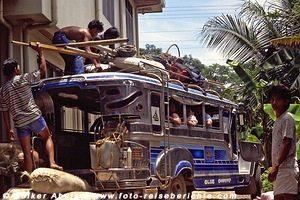 Philippinos beladen ein Jeepney - Philippinen © Volker Abels