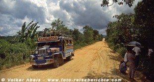 Jeepney unterwegs auf einer staubigen Dschungelpiste - Philippinen © Volker Abels
