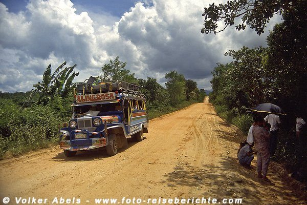 Jeepney unterwegs auf einer Dschungelpiste - Philippinen © Volker Abels