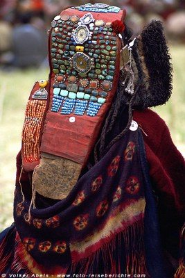 Frau in traditioneller Kleidung und einem Perak auf dem Kopf.  -  Ladakh © Volker Abels