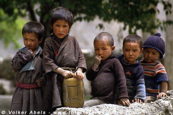 Kinder in einem Dorf in der Nähe von Lamayuru © Volker Abels