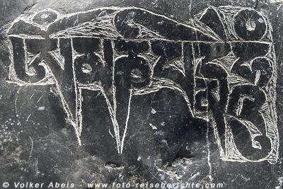 Stein aus einer Manimauer mit eingraviertem Gebetsspruch. Ladakh © Volker Abels