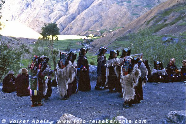 Die Frauen des Dorfes tanzen Lingshed, Ladakh © Volker Abels