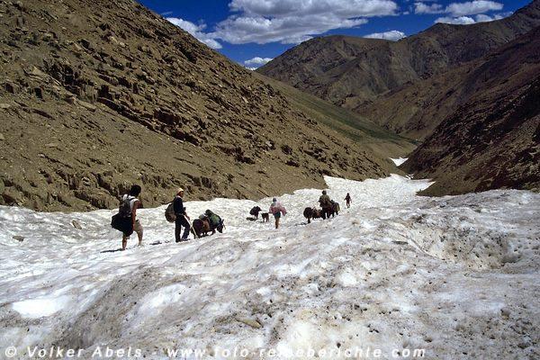 Wir überqueren ein Schneefeld - Ladakh © Volker Abels