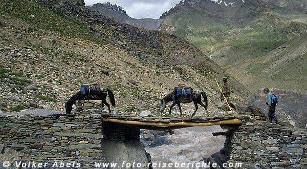 Auf einer schmalen Brücke wird der Zanskar-Fluss überquert. © Volker Abels