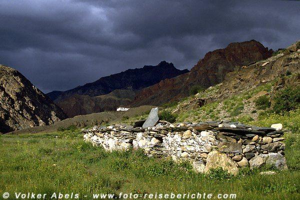 Eine Manimauer, wie man sie überall in Ladakh und Zanskar findet. © Volker Abels