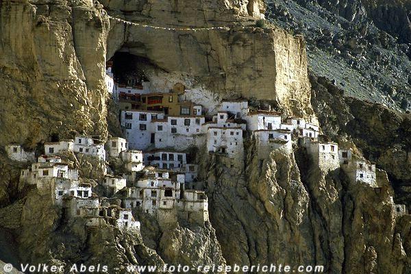 Das Kloster Phugtal, eine Höhlengompa die wie ein Schwalbennest am Berghang klebt.  © Volker Abels