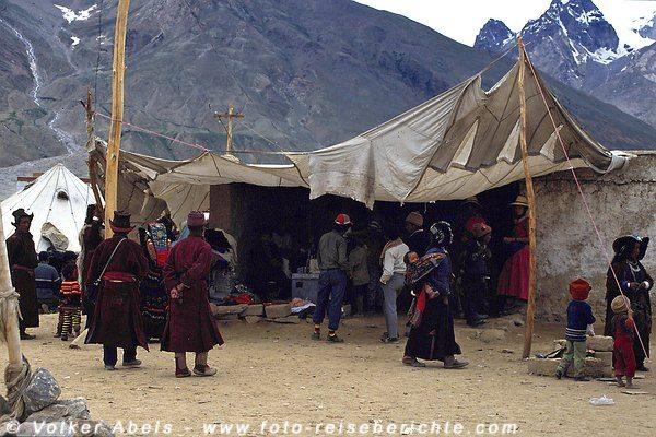 Viele Zelte wurden aufgebaut als der Dalai Lama Padum im Zanskar-Tal besuchte. © Volker Abels