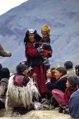 Frau mit Kind beim Besuch des Dalai Lama - Zanskar, Indien © Volker Abels
