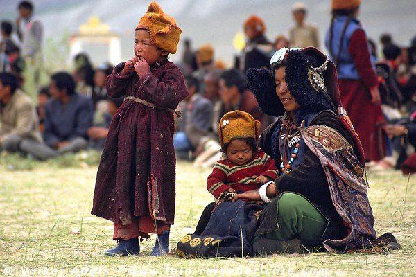 Eine Frau mit ihren Kinder möchte auch den Dalai Lama sehen. © Volker Abels