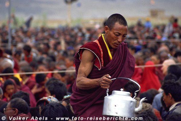 Ein Mönch verteilt Buttertee an die Zuhörer. © Volker Abels