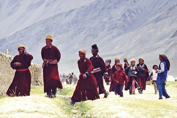 Die Männer und Frauen aus Zanskar kommen auf den Festplatz. © Volker Abels
