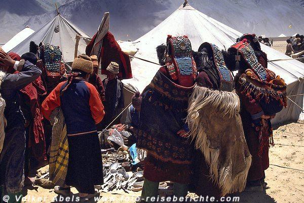 Einige Frauen sind interessiert an der Auslage des Händlers. © Volker Abels