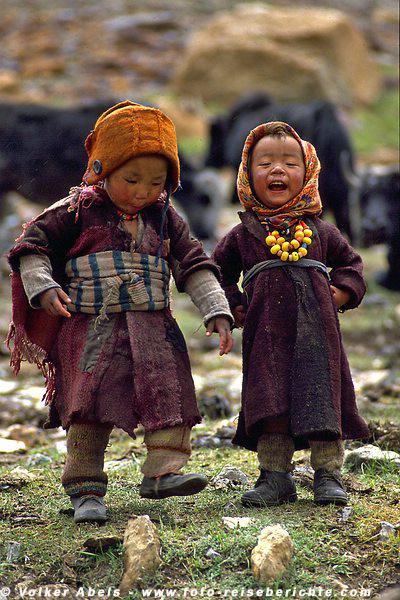 Zwei Kinder begrüßen uns im Zeltlager © Volker Abels