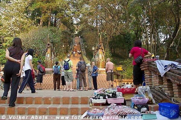 Am Fuß des Wat Phrathat Doi Suthep - Chiang Mai © Volker Abels