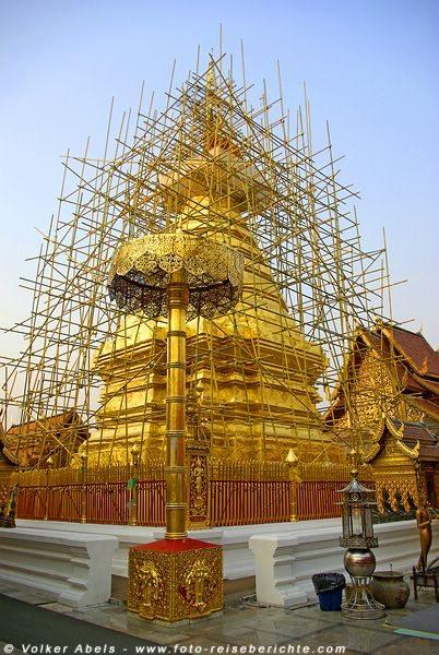 Der goldverzierten Cheddi Phrathat, der leider in diesem Jahr mit einem Gerüst zu Restaurierung umgeben war - Chiang Mai © Volker Abels