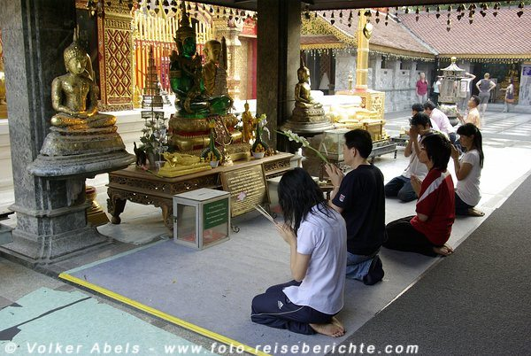 Buddhisten im Gebet - Wat Phrathat Doi Suthep, Chiang Mai © Volker Abels