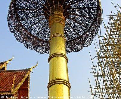 Goldener Schirm beim Cheddi Phrathat, der leider in diesem Jahr mit einem Gerüst zu Restaurierung umgeben war - Chiang Mai © Volker Abels