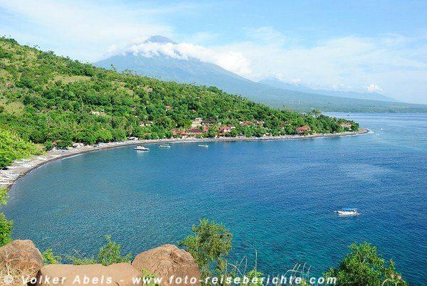 Amed, gemütliches Fischerdorf in Bali Der Vulkan Gunung Agung ist immer präsent - © Gerhard Zirkel