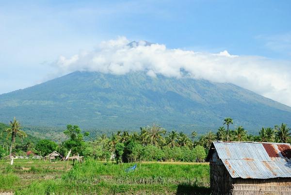 Amed, gemütliches Fischerdorf in Bali Der Vulkan Gunung Agung ist immer präsent © Gerhard Zirkel