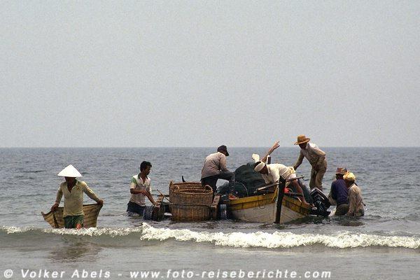 Die Boot liegen neben dem Ochsenkarren - Malaysia bei Kuantan © Volker Abels