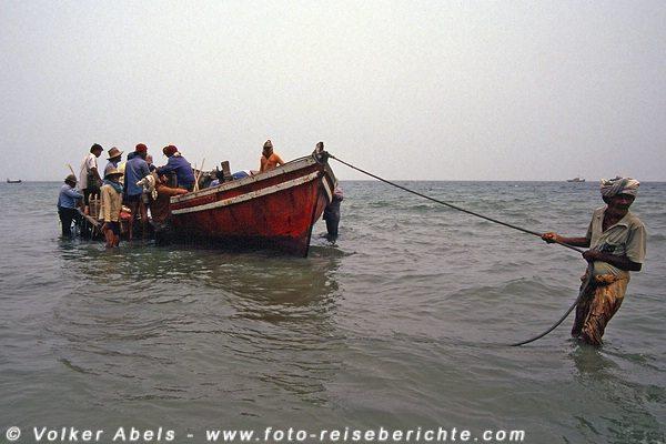 Andere Fischer müssen ihr Boot bis an den Strand ziehen  - Malaysia bei Kuantan © Volker Abels