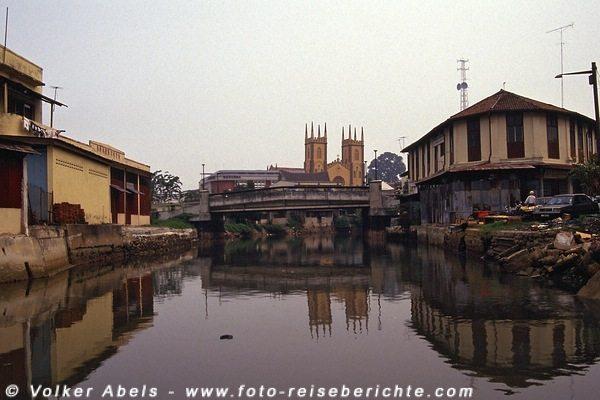 Blick vom Fluss - im Hintergrund die Anglikanische Kirche - Malakka 1991 © Volker Abels