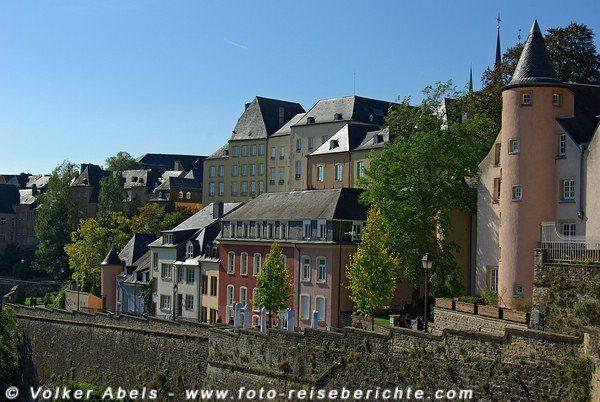 Die Corniche führt an den Häusern der Altstadt vorbei - Luxemburg © Volker Abels