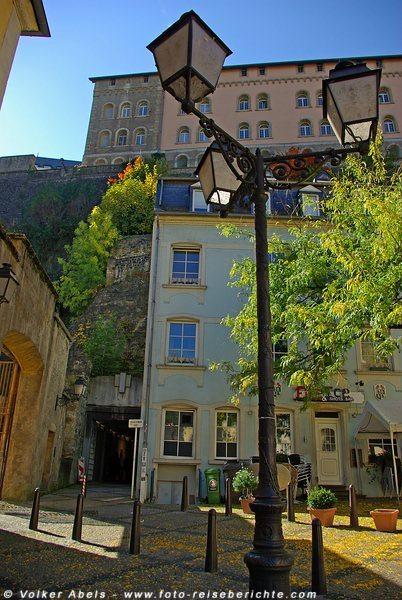 Mit einem Fahrstuhl geht es von der Oberstadt in die Unterstadt - hier sieht man den Ausgang - Luxemburg © Volker Abels